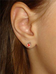 прокол мочки уха